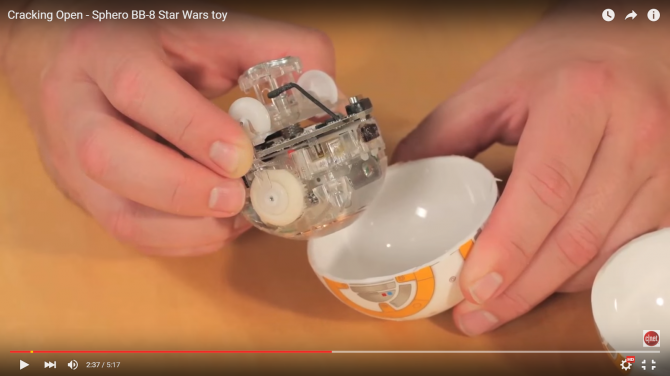 BB-8을 분해하면 하체 무게중심 역할을 하는 본체와 바퀴 그리고 머리를 고정하기 위한 자석이 부착된 봉을 볼 수 있다. - 유투브 제공